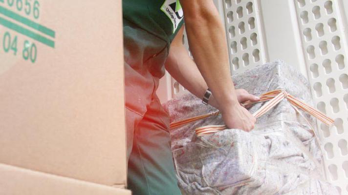 Möbelpacker verzurrt Ladung