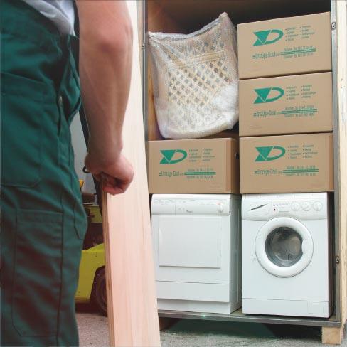 Waschmaschine, Trockner und Umzugskartons im LKW