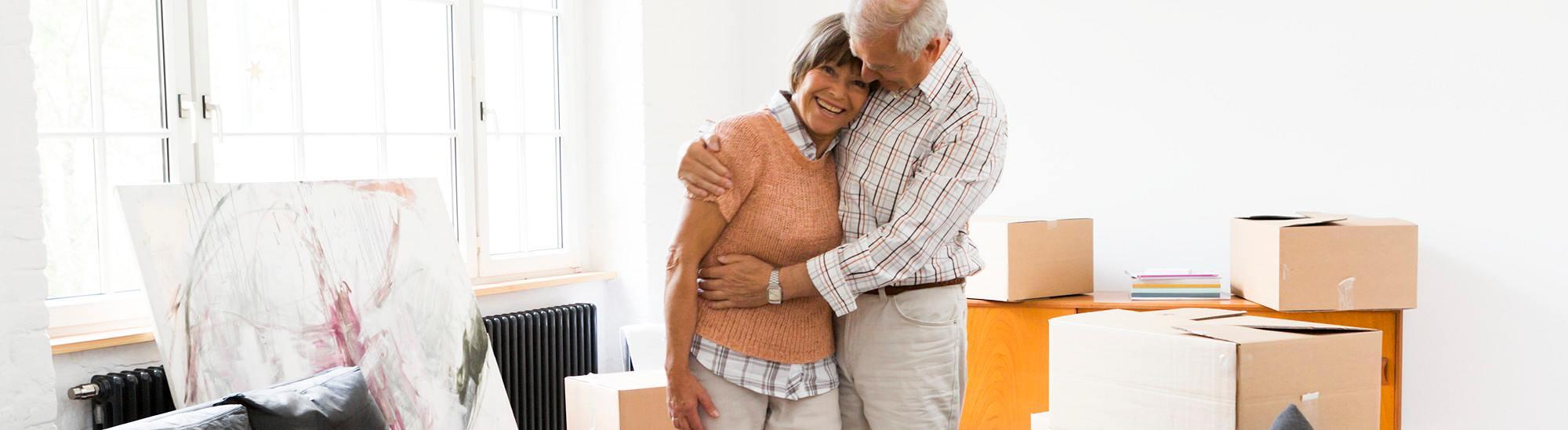 Seniorenumzug älteres Ehepaar in neuer Wohnung