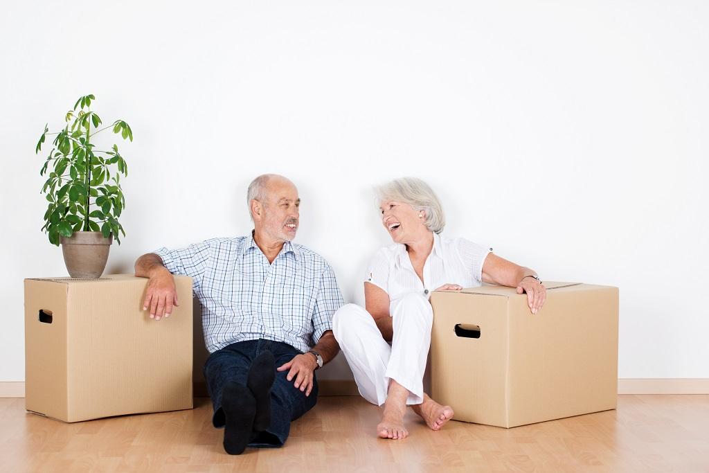 Lachendens aelteres Paar beim Seniorenumzug